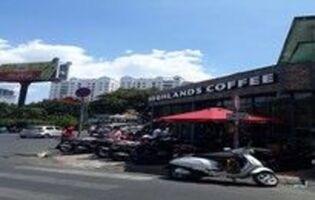 Nhân viên giữ xe cho cafe Highlands